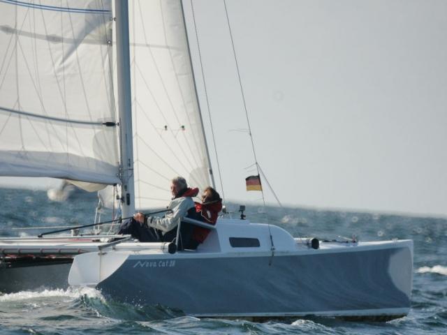 Spiegelnde Rümpfe und ein eleganter Decksprung machen den Novacat 28 zu einem wahren hingucker. Auch du kannst dieses Boot mit unseren Bauplänen selberbauen.