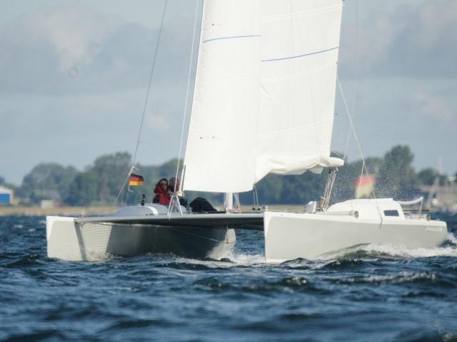 Segeln mit einem selbstgebauten Novacat 28 bei 4-5 Windstärken ist mit dem reffbarem Großsegel ein Vergnügen.