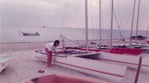 Selbstgebautes Segelboot Novacat 18 am Strand